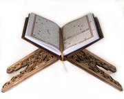 Деревянная раскладная подставка под Коран ручной работы с узорами (резная)