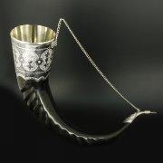 Элитный серебряный рог турий Кубачи с пиалой в подарочном футляре из бархата арт.6532