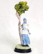 """Подарочная статуэтка ручной работы """"Горянка у дерева"""" (обожженная глина) арт.393"""