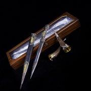 Кубачинский подарочный набор в футляре (кинжал с серебряными вставками и 2 бычьих рога) арт.2903
