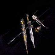 Кубачинский подарочный набор: кинжал с серебряными вставками и 2 бычьих рога