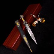 Кубачинский подарочный набор (кинжал с серебряными вставками и 2 бычьих рога) арт.2927